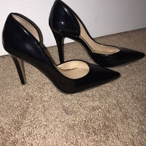 Black patron leather pointed pumps